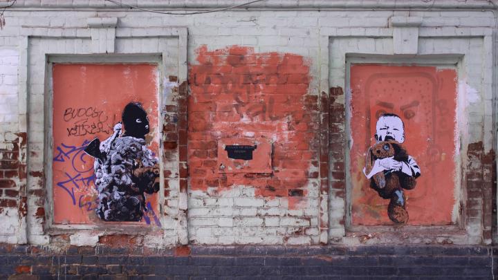 Художник Ffchw опять нарисовал граффити на Пермском зоопарке. На этот раз это киллер с игрушками