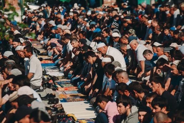 Время начала намаза в каждой мечети известно заранее. Тем не менее каждый старается прийти пораньше, чтобы занять местечко поближе к имаму
