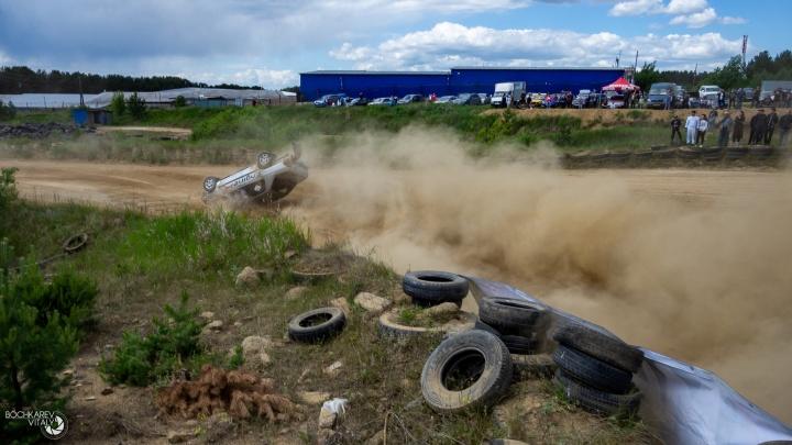 Одна машина трижды перевернулась, другая слетела с трассы: показываем, как прошли гонки по грунту