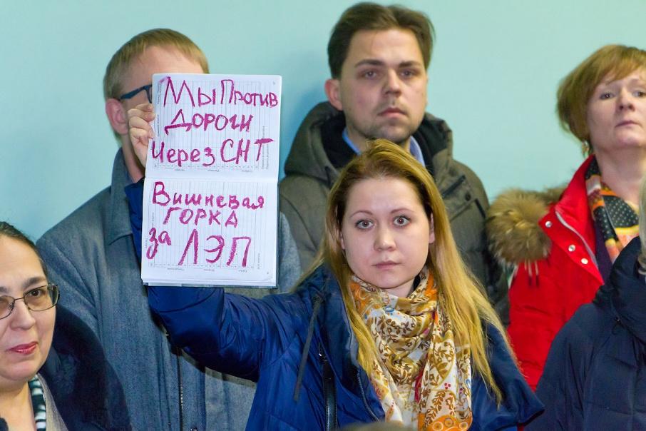 Чтобы донести свою позицию до чиновников, одна из участниц слушаний использовала помаду для импровизированного плаката