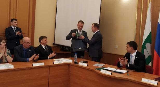 На инаугурации главе Кургана Потапову Вадим Шумков подарил портфель
