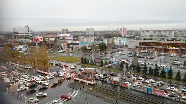 «Это хаос»: неработающий светофор парализовал движение около челябинского железнодорожного вокзала
