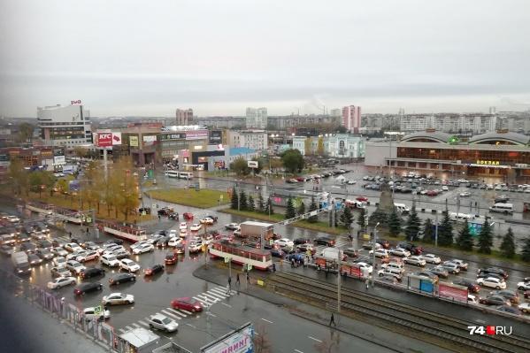 Пробка от железнодорожного вокзала быстро поползла по соседним микрорайонам