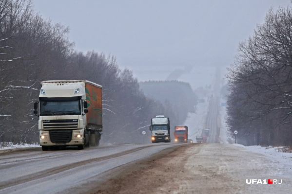 Движение большегрузов и легковых авто приостановили из-за сильного снегопада и метели