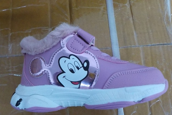 В коробках таможенники нашли ботинки с Микки Маусом разных цветов и размеров