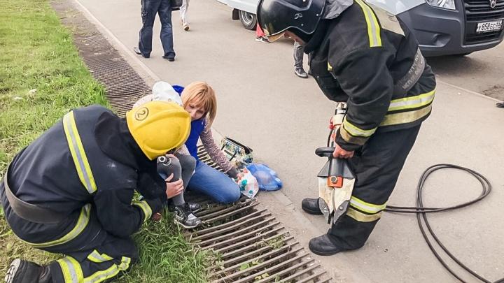 Сотрудники МЧС спасли шестилетнюю девочку, которая застряла в решётке ливнёвки