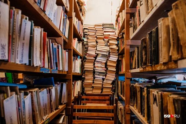 Библиотекарь утверждает, что в фондах очень мало книг, поэтому она скачивала произведения из интернета