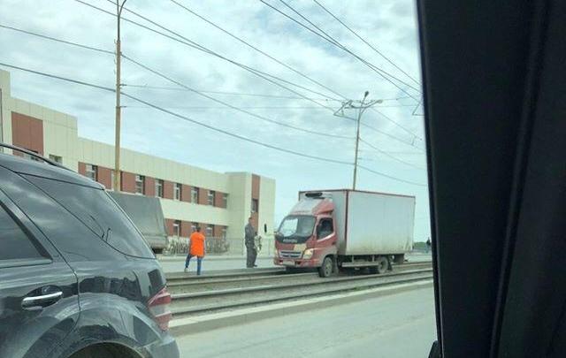 «Решил срезать»: из-за застрявшего на рельсах грузовика на Малышевском мосту встали трамваи