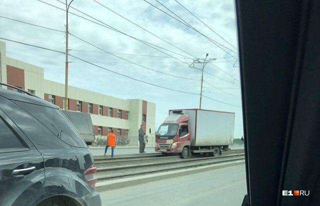 По словам очевидцев, водитель грузовика пытался срезать дорогу