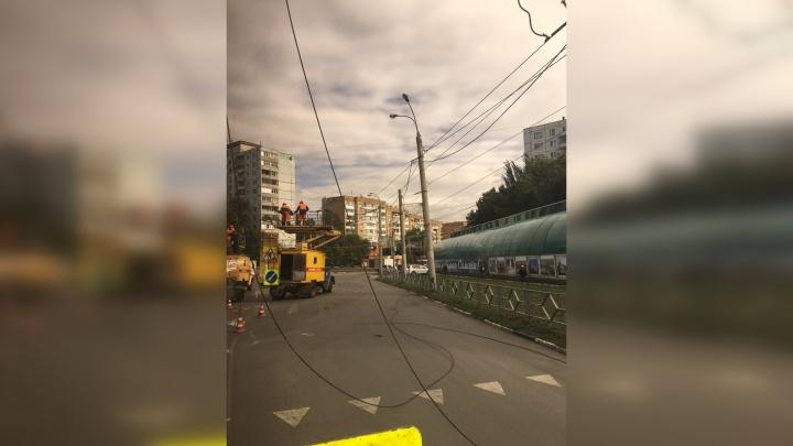 Неосторожный водитель КАМАЗа парализовал движение троллейбусов в Самаре