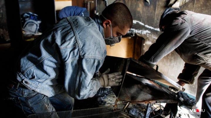 «Я просила ловить детей»: из-за пожара в Волгограде едва не задохнулась от дыма новая трехэтажка