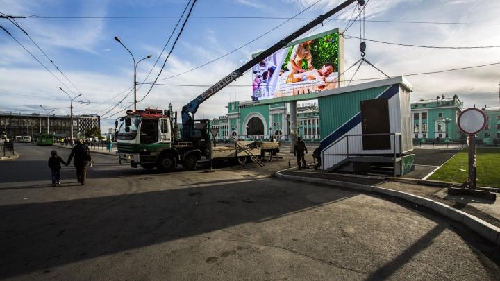 На новой парковке у Новосибирска-Главного поставили будку и приготовились брать деньги