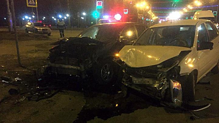 В центре Уфы столкнулись Lada и Renault: пострадали три человека