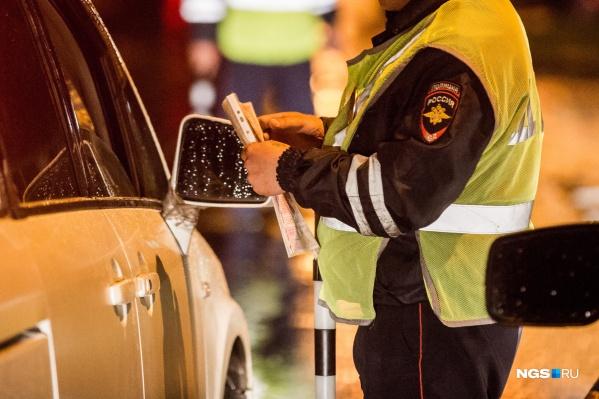 Лишённый прав водитель попытался дать автоинспектору взятку в машине ДПС