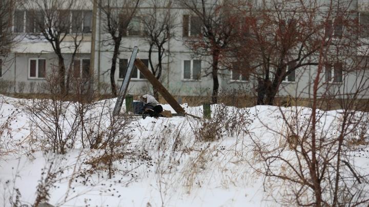 Инспекторы нашли в сугробе замерзающего мужчину и отвели домой