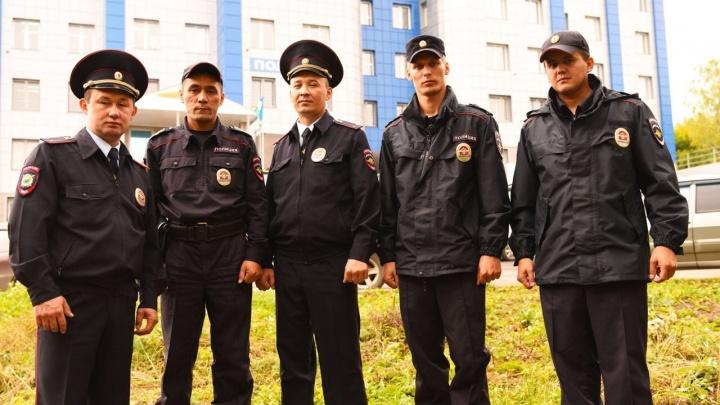 «Жаль, не успел собаку вынести из дома»: в Башкирии полицейские спасли из пожара многодетную семью