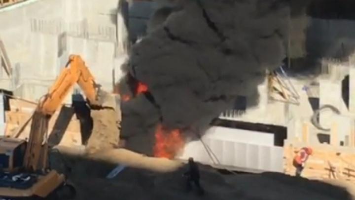 В Тюмени строители наэкскаваторе потушили пожар на стройплощадке