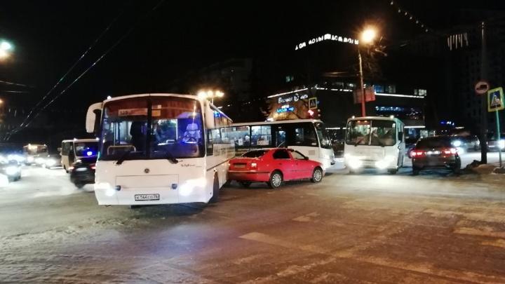 «Создают большие проблемы»: в Ярославле междугородный автобус попал в ДТП