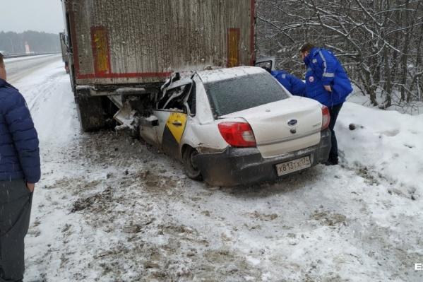 Судя по повреждениям, легковой автомобиль двигался на большой скорости