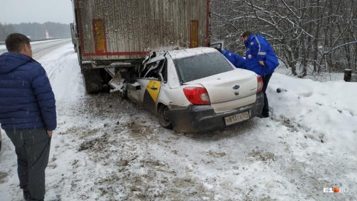 Водитель такси с челябинскими номерами погиб на Урале, залетев под фуру