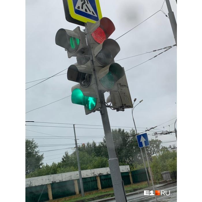 Из-за дождя часть светофоров в Екатеринбурге работает с перебоями
