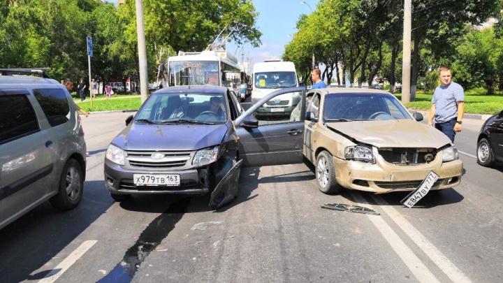 ДТП с HyundaiAccent и «Грантой» парализовало движение троллейбусов на проспекте Кирова