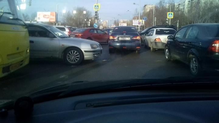 Лучше ехать в объезд: на перекрёстке Щорса - Московская сломался светофор