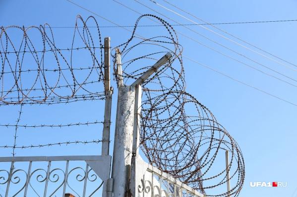Чтобы пациенты не сбежали, у них отобрали телефоны, а территорию оградили двухметровым забором