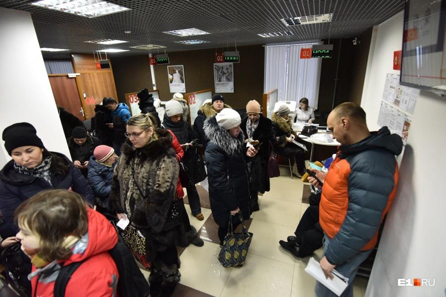 После ночной битвы на госуслугах горожане пошли сдавать документы в МФЦ