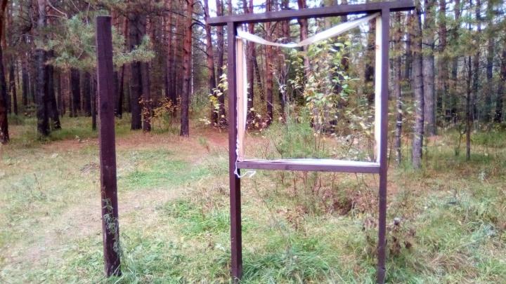 Вандалы изуродовали стенды в Заельцовском парке