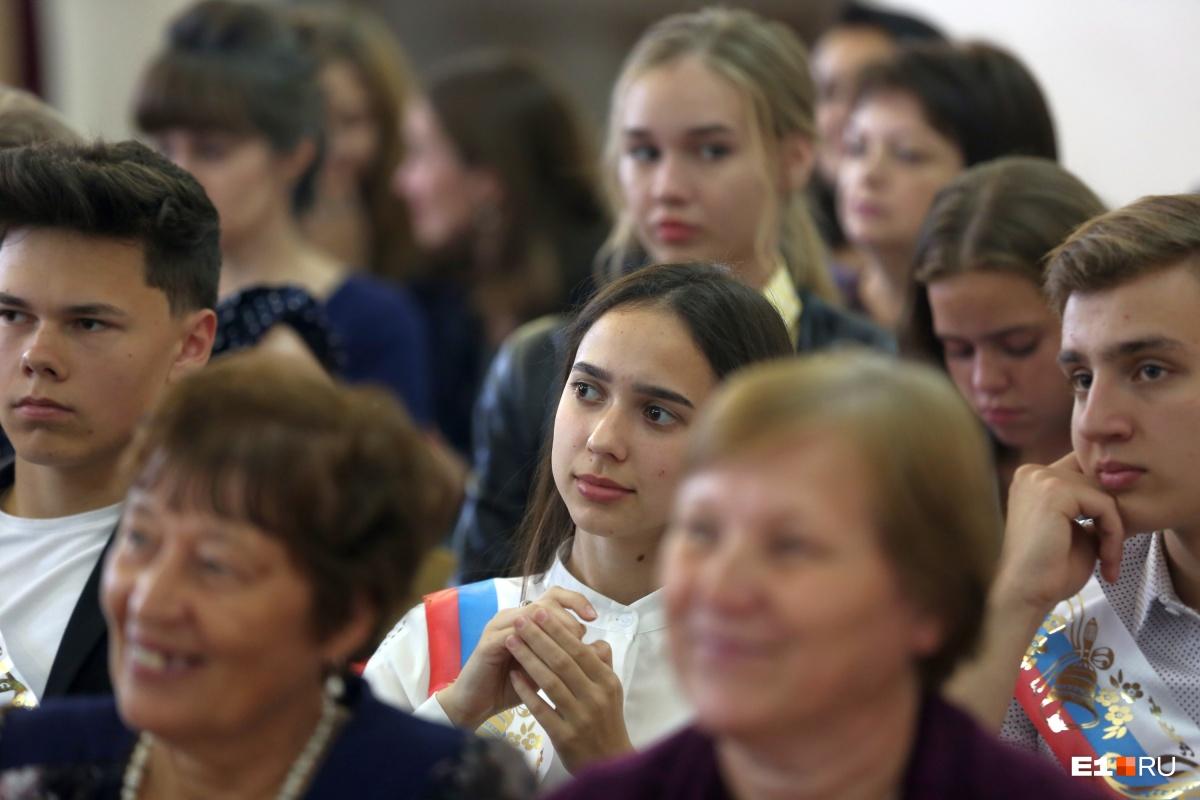 «Делать в этом городе нечего, пора уезжать»: репортаж со школьного выпускного в уральской глубинке