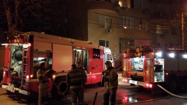 В центре Ростова загорелся заброшенный двухэтажный дом