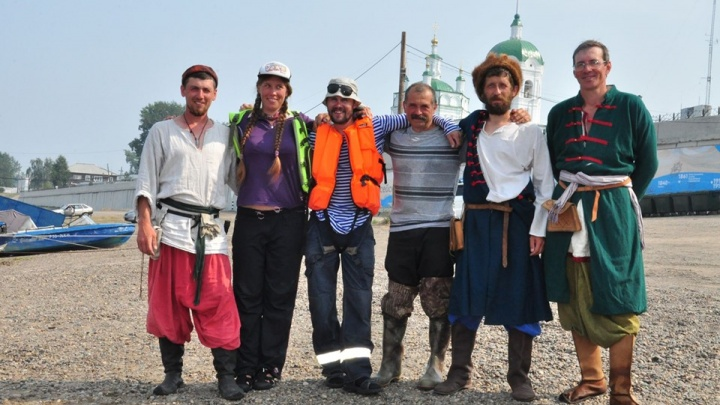 «Так казаки осваивали Сибирь»: красноярцы на самодельной лодке доплыли до Енисейска