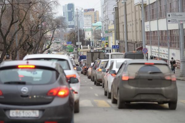 Из-за попыток уменьшить число ДТП с пешеходами главная улица Екатеринбурга встала в огромные пробки