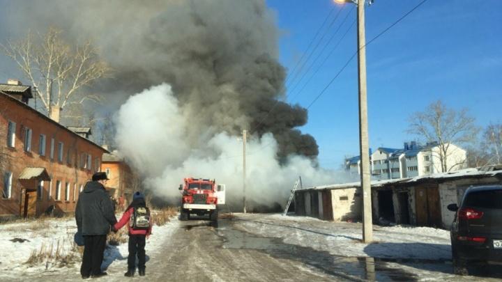 Пожарные в Башкирии час тушили хозпостройки