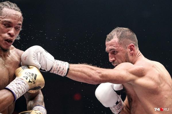 Бой за титул чемпиона мира состоялся в Челябинске в ночь на 25 августа в арене «Трактор»