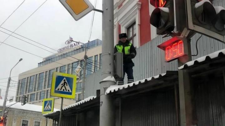 Стало известно, что делал сотрудник ГИБДД на крыше перехода в Уфе