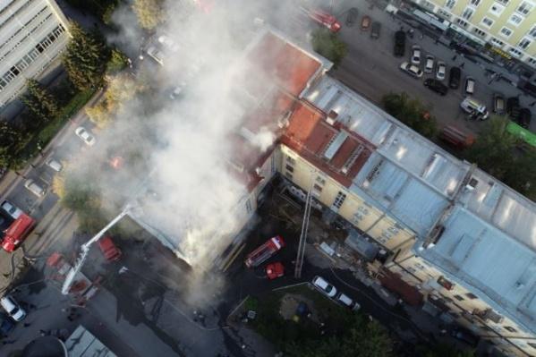 Осенью у пятиэтажного дома в тихом центре вспыхнула кровля