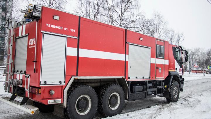 Пожар в Холмогорах оставил без жилья семью с пятью детьми