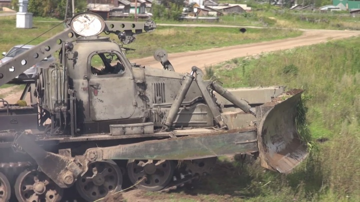 Видео: по мошковским полям проехал очень страшный трактор