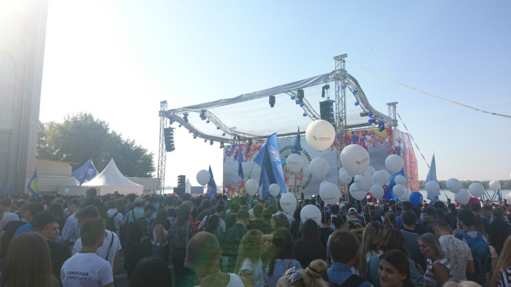 В Самаре сотни студентов прошли по набережной Волги огромной толпой