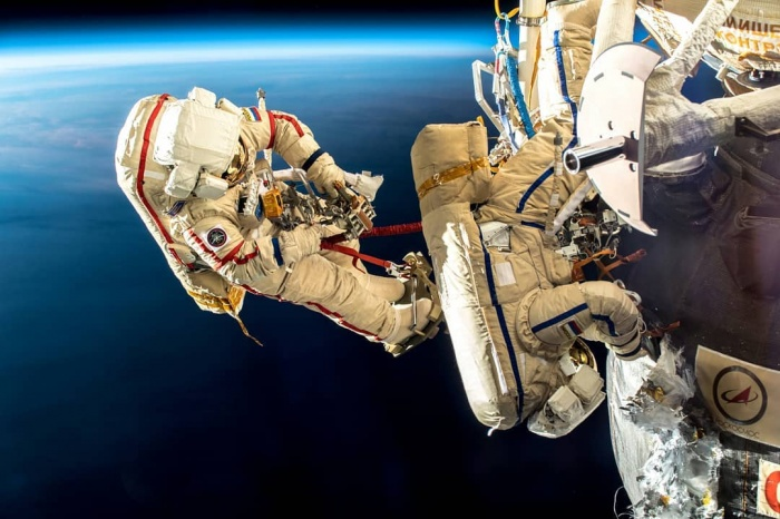 Прокопьев (скафандр с синими полосами) и Кононенко (скафандр с красными полосами) провели в открытом космосе 7 часов 45 минут