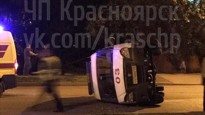 Пьяный на ВАЗе повалил «скорую» на бок и сбежал с места аварии