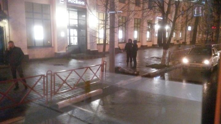 На площади Волкова в Ярославле прохожие нашли тело мужчины