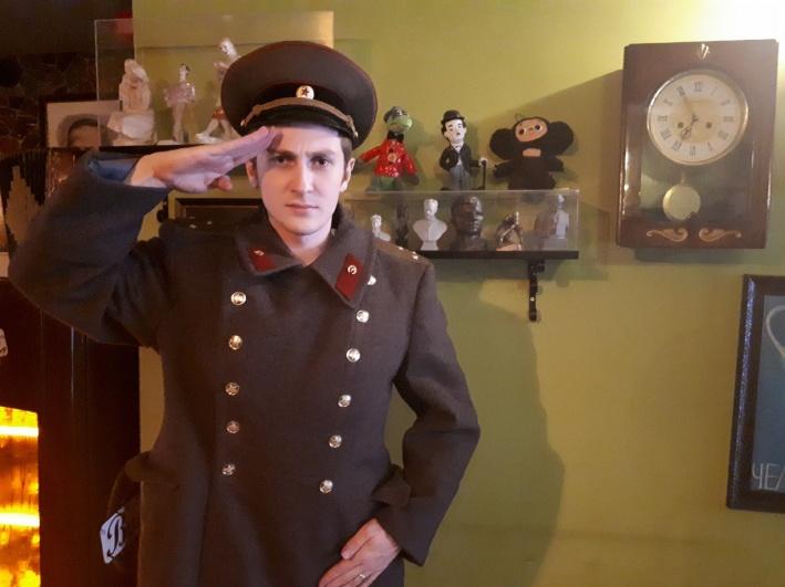 А это муж Юлии — поклонник советской культуры. Тёща даже подарила ему пионерский значок