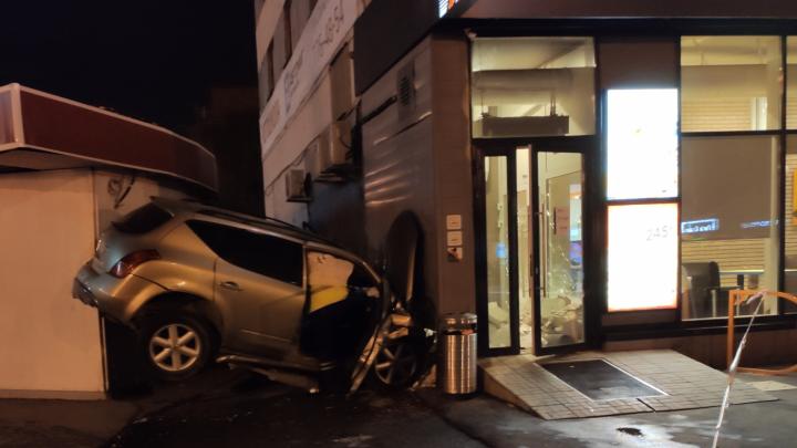 Челябинские врачи уточнили данные о состоянии пассажирки Nissan, влетевшего на скорости в пиццерию