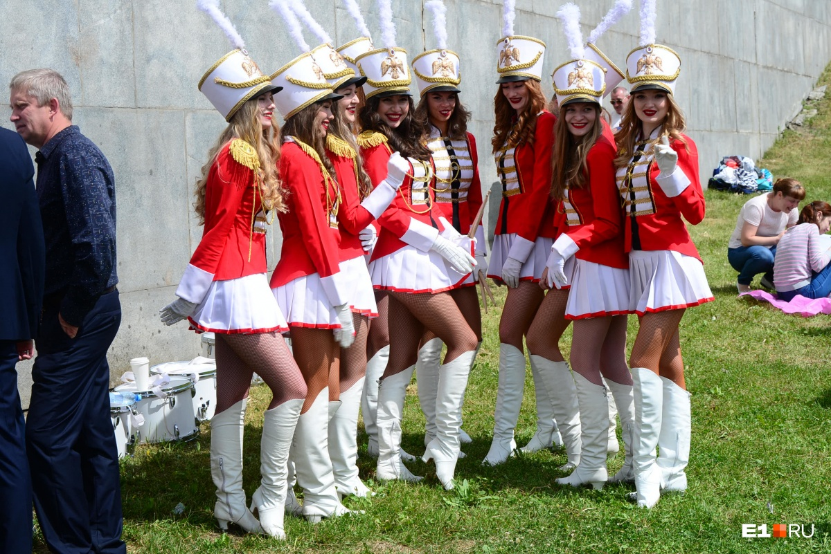 Пели огромным хором и танцевали лезгинку: фоторепортаж с празднования Дня России в Екатеринбурге