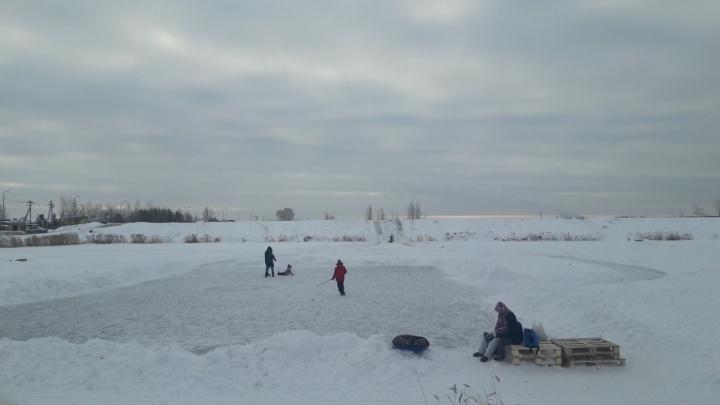 Успели схватить за капюшон: на Лесобазе под лед провалился ребенок