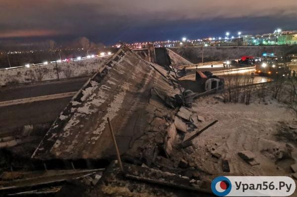 Вид сверху на рухнувший мост
