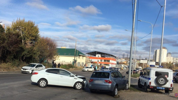 Неслись друг на друга: волгоградская автомобилистка собрала аварию из шести машин